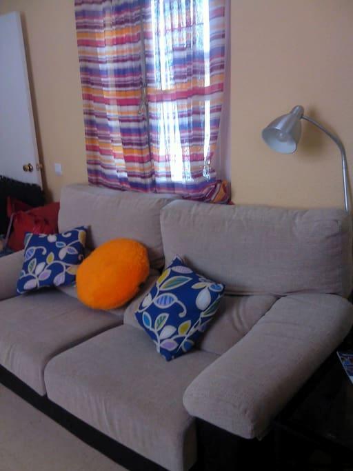 El salón es apto para que lo compartan cuatro personas y cuenta con aire acondicionado