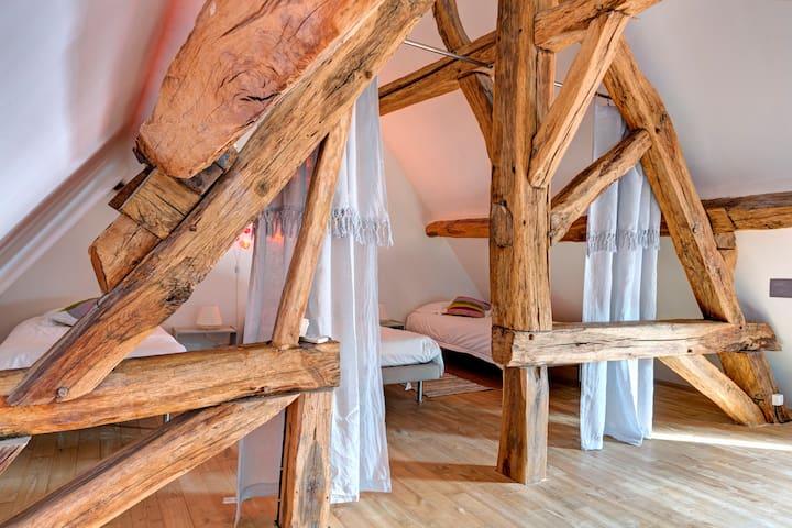 Chambre en mezzanine avec 3 lits de 90