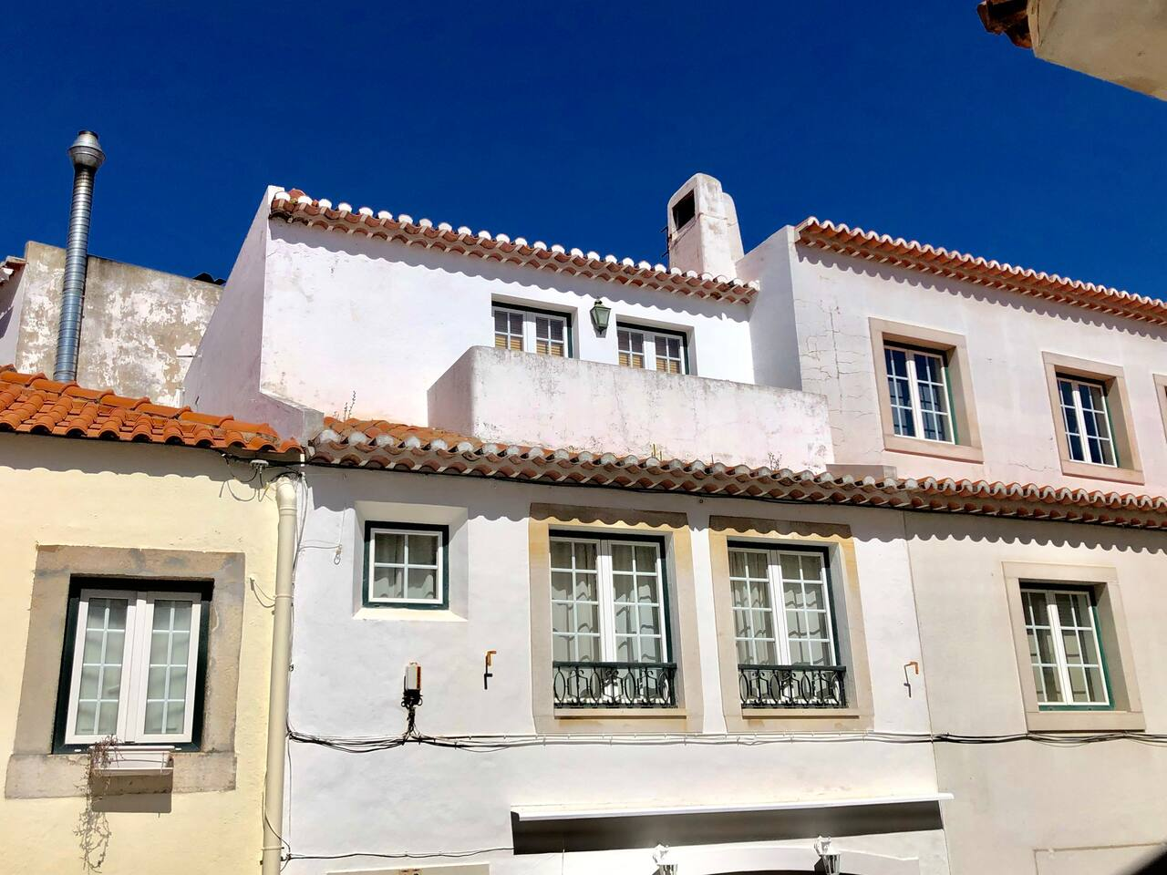 Casa Melro is located on a sunny street in the historical center of Cascais, and just 2 minutes walk from Cascais bay