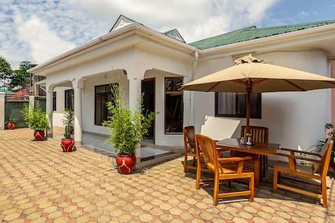 Arusha-kohde hiljaisella naapurustolla