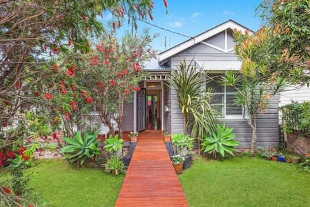 NEW LISTING! 100 year old cottage 500m from beach! - Kiama