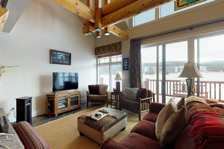 Beautiful condo with a private hot tub, 6 miles to Big Sky Resort