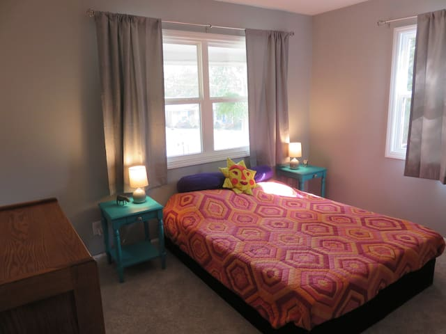Private room and bath, quiet, minutes from RTP