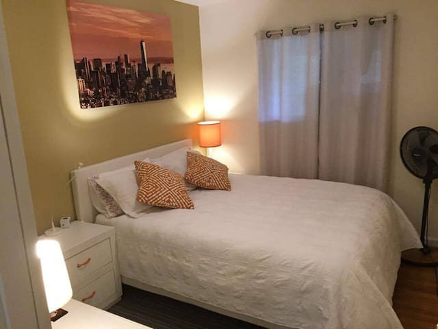 Cozy Bedroom With Queen Bed - Rockville - House