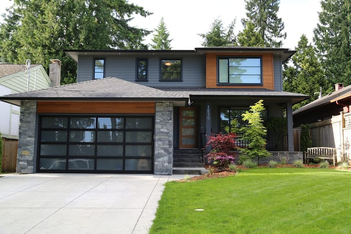 LARGE NEW 4bd, 5.5bath LYNN VALLEY Home!