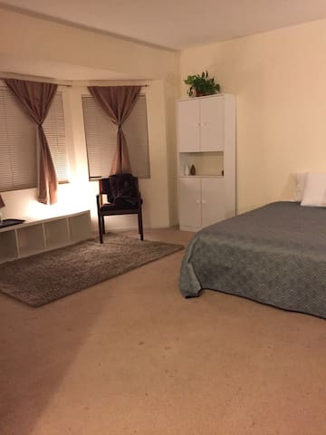 Simple Suite KING-SIZE bed w/ Private 1/2 bath - Los Angeles - Huis