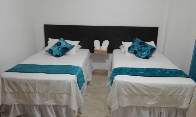 Habitación 2: Con aire acondicionado y dos camas individuales, cómodas, la habitación tiene un armario, sabanas y cobijas