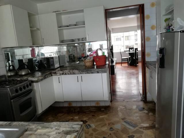 Nuestra cocina cuenta con refrigerador, estufa de 4 hornillas, horno, microondas, cafetera eléctrica, tetera, platos, tazas, vasos..