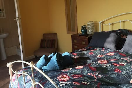 Lovely room with private access, en-suite & patio