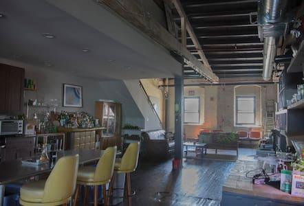 Nice room in Fishtown .Half a block from the train - Philadelphia - Loft