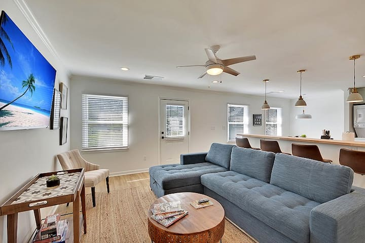 Poinsettia Suite (Historic Downtown Charleston) - Only 5 Blocks from King Street!