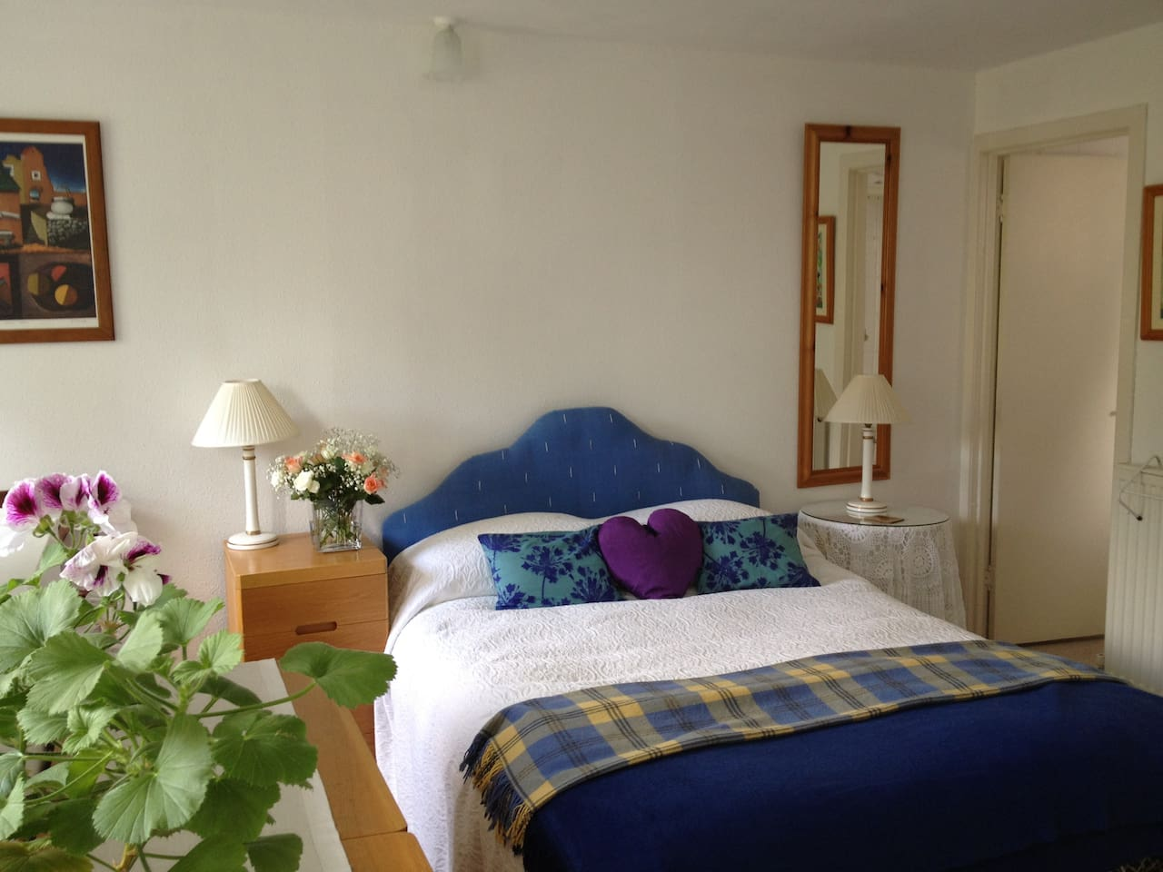 Charming double bedroom with en-suite bathroom overlooking beautiful private garden