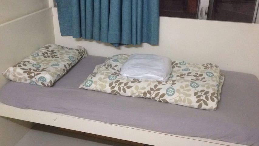 房間裡的三呎單人床