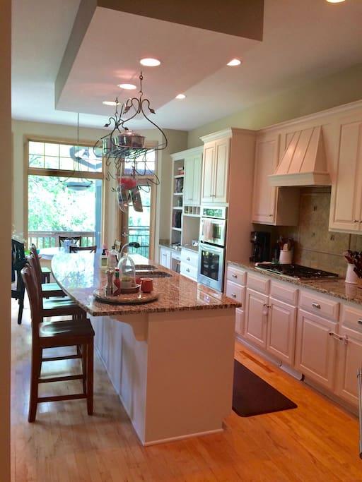 Gourmet kitchen with breakfast nook & large island