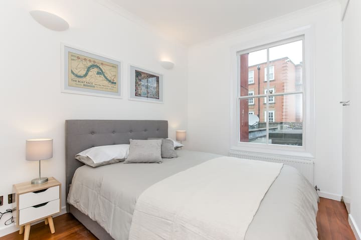 Open plan Fulham Broadway apartment for 2/3