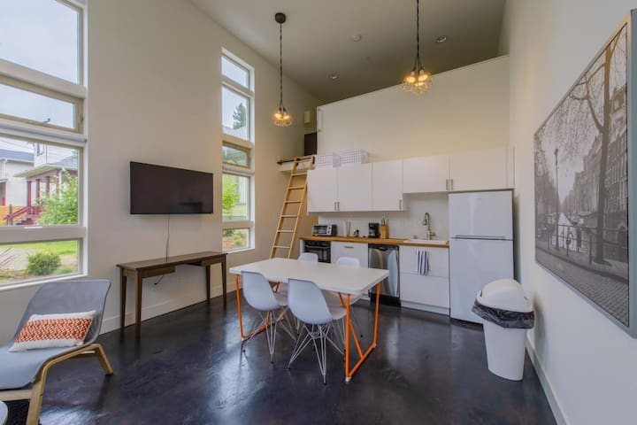 Modern Lofted Studio btwn Capitol Hill & Madrona!☆
