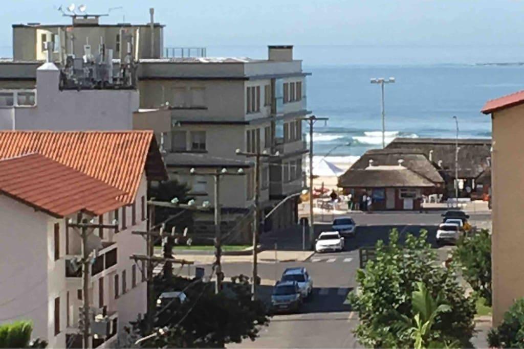 A vista da janela do apto para o mar.