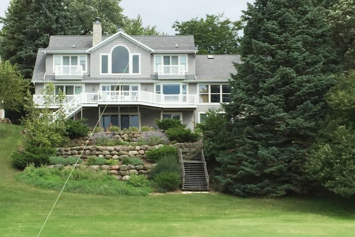 Gorgeous lakefront home close to town!