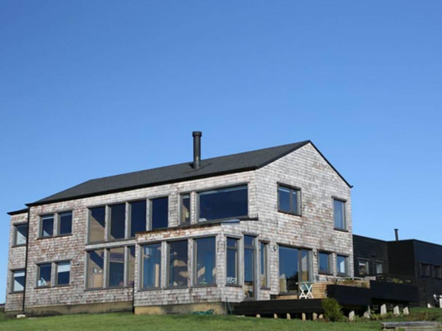 casa tradicional de tejuela de alerce, con modernas instalaciones.