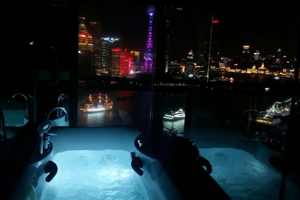 Amazing Jacuzzi bathtub directly facing the view!  碧波涌动中静品大江东去波澜不惊