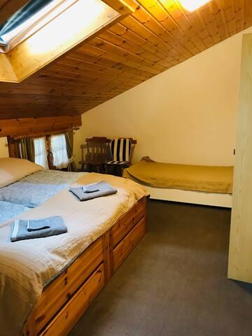 Zweites Schlafzimmer mit drei Betten.