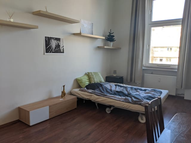 Cozy room in big apartment at Agnesviertel