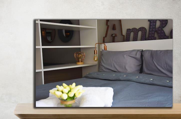 Área interna: cuarto + cama matrimonio