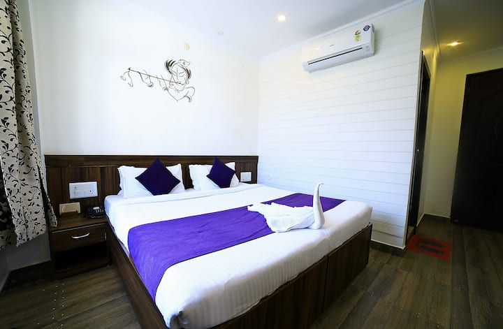 Affordable Modern Room V @ Tapovan with breakfast