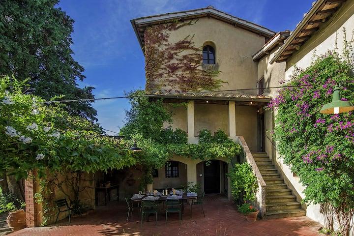 Plush Villa in Montefiridolfi with Spacious Kitchen & Pool