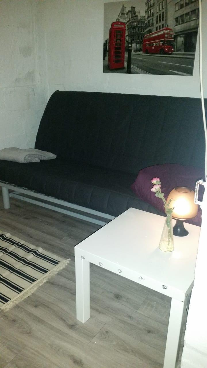 Einfacher kleiner Raum im Keller