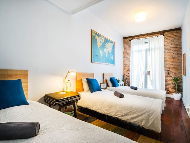 Off Beat Guesthouse, Beach style triple room - Donostia - Pension (Korea)