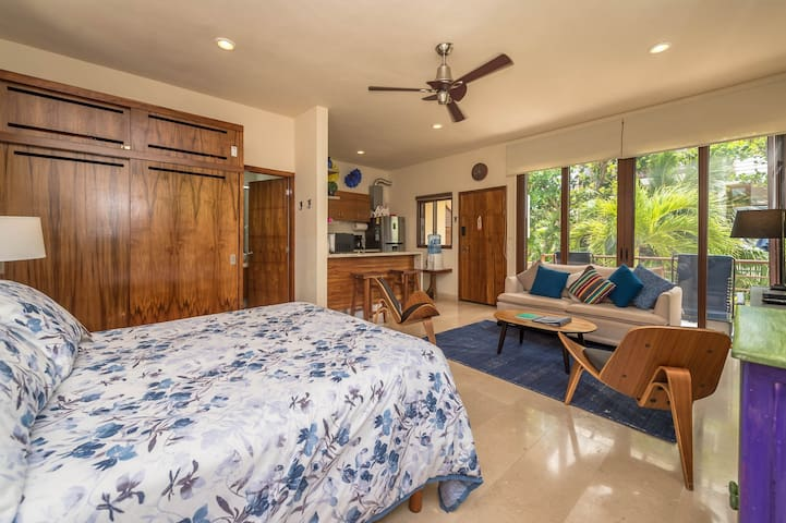 Romantic studio just steps from the beach! Pool&AC