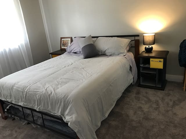 Spacious ensuite bedroom - Bassendean - Huis