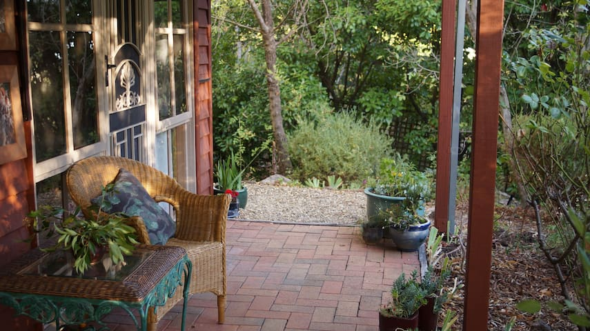 You'll find yourself sharing breakfast with all the beautiful native birds on the verandah - spinebills, firetails, rosellas, blue wrens, thrushes, new holland honeyeaters and of course, bowerbirds and currawongs. Timeconsuming!!