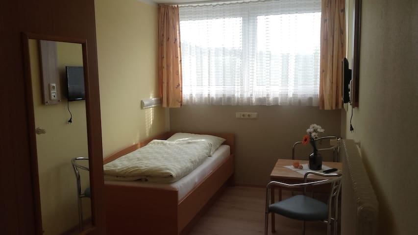 Freizeitzentrum Sambachshof GmbH (Bad Königshofen im Grabfeld), Einbettzimmer Sambachshof im Wald