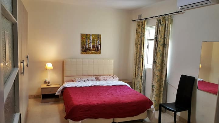 TOP LOCATION. PRIVATE SPACIOUS ROOM. KING SIZE BED