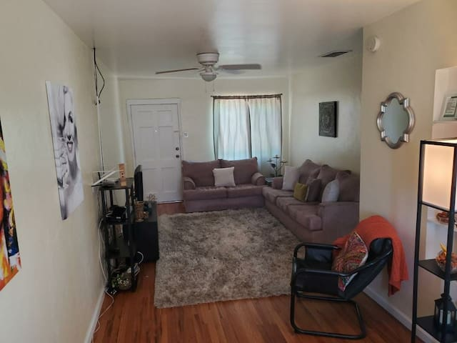 03Large 1BD Vintage Apartment next to Freemont St