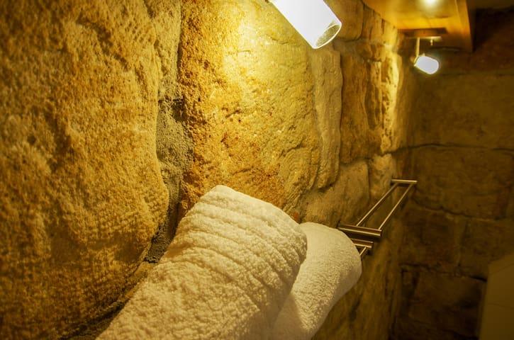 Romantische Sandsteinwand im Bad