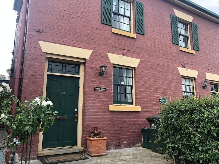 """""""Annie's Room"""" - Historic Warwick Cottage"""