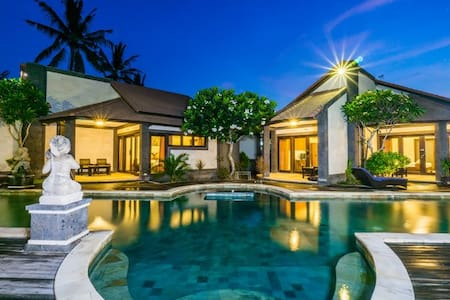 Modern bungalow with large swimming pool - central - Nusapenida - Bungalou
