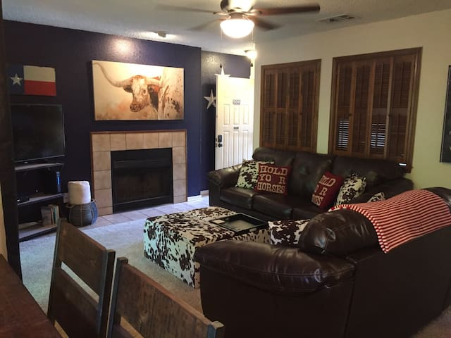 2 Bedroom Condo In Entertainment District Apartments For Rent In Arlington Texas United States