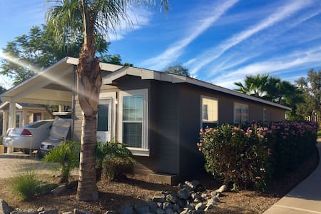 Bright clean home in gated golf community - El Mirage