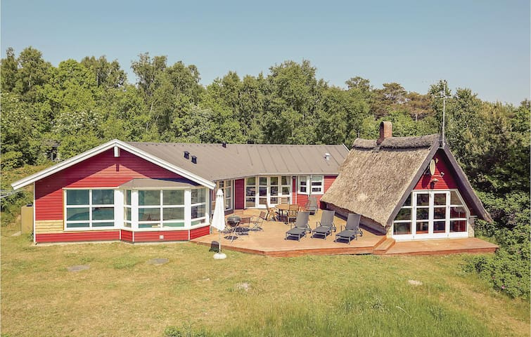 Holiday cottage with 4 bedrooms on 150m² in Aakirkeby