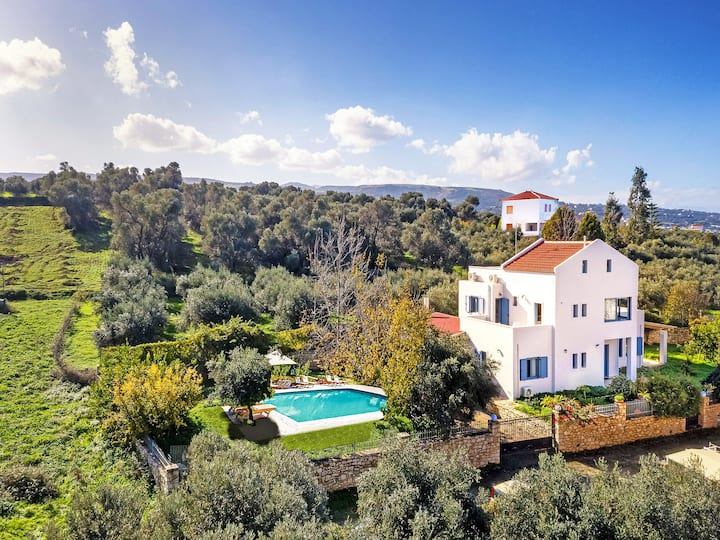 Beautiful Modern villa with heated pool near Amenities,Excellent Views.