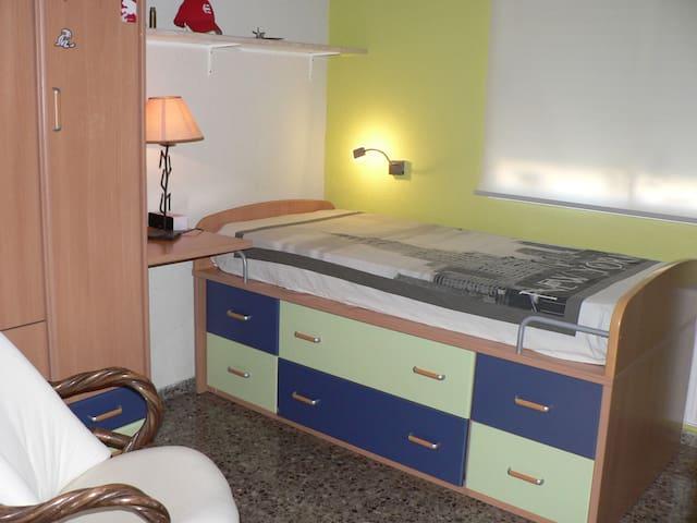 Cómoda habitación individual CON PARKING.