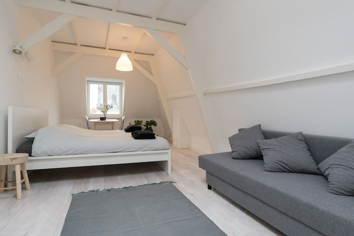 BnB: Characteristic room in the heart of Leiden