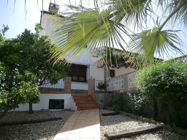 Comfortable village house with pool - Benamahoma