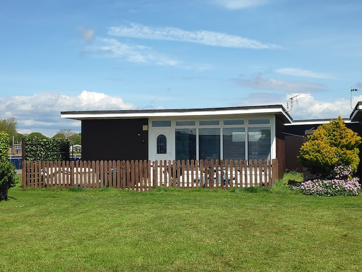 Lovely bright two bedroom chalet on Hoburne Naish