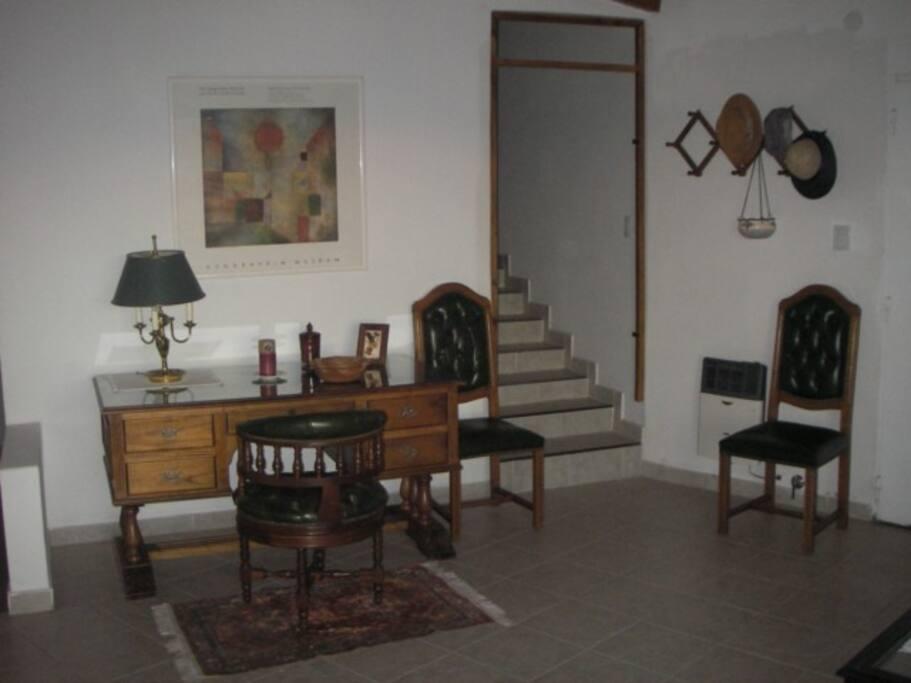 A la derecha el escritorio y la escalera para el dormitorio de planta alta.