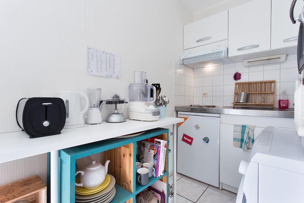 Cuisine toute équipée: machine à laver, four, micro-onde, 2 plaques électriques, frigo, mixer, grille pain, robot, presse agrumes, bouilloire.